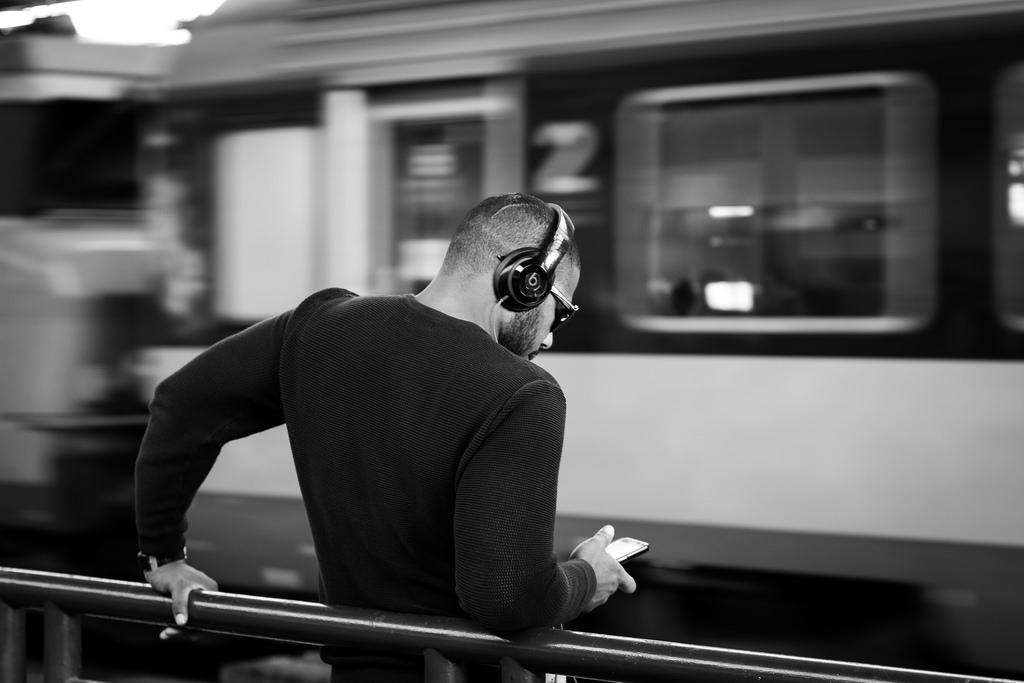 viajar tren audifonos