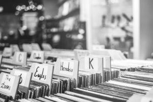 Buscando el disco indicado: Una crónica en tonada de blues